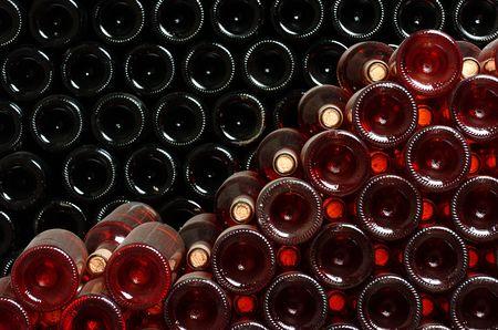 cave: Bouteilles de vin stock�s dans une cave � vin.