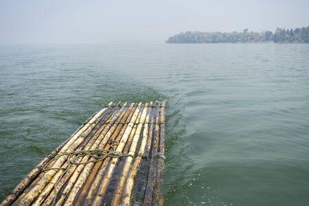 Zattera di bambù che galleggia nella natura del fiume Archivio Fotografico
