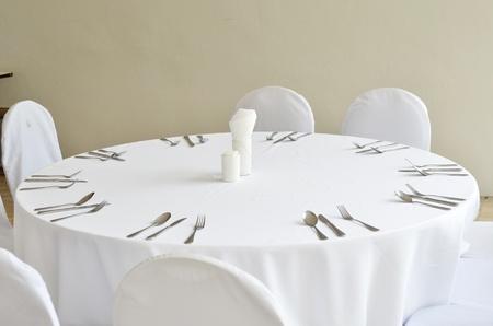 Fine restaurant dinner table place setting Standard-Bild