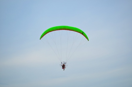 Parapente color� sur ciel bleu photo