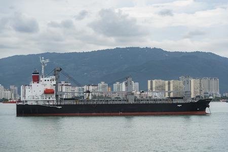 Fracht-Container-Schiff in ruhigem Wasser