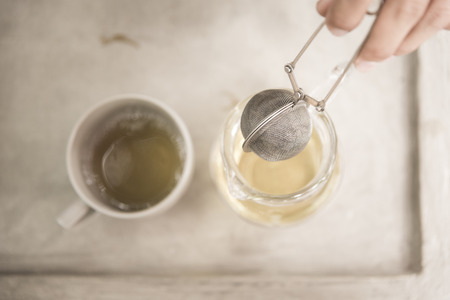 tazza di th�: annata tazza sano t� verde con foglie di t�