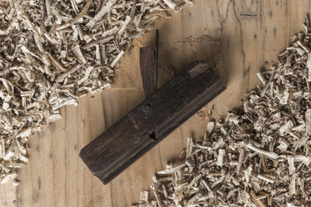 carpintero: Carpenter tools on wooden table with sawdust. Carpenter workplace top view