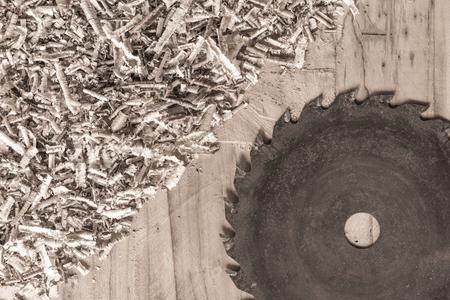 carpintero: Herramientas de carpintero en la mesa de madera con aserrín. Vista desde arriba del lugar de trabajo del carpintero