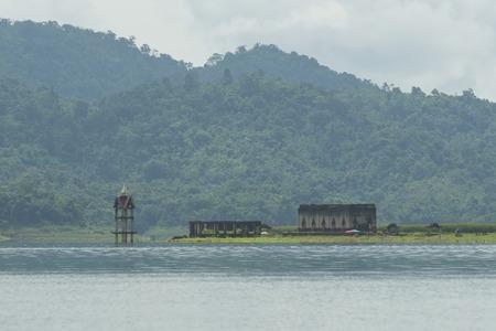 ahogarse: Iglesia Budista se ahogan en el agua Kanchanaburi, Tailandia Foto de archivo