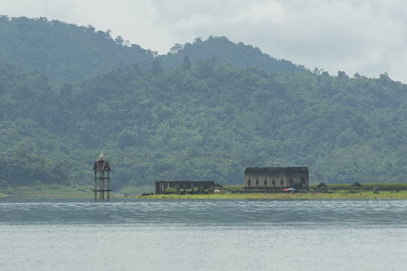 to drown: Iglesia Budista se ahogan en el agua Kanchanaburi, Tailandia Foto de archivo