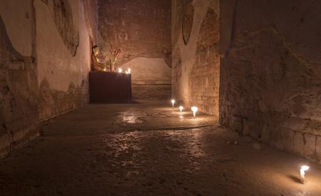 luz de velas: estatua de Buda con la luz de las velas Foto de archivo