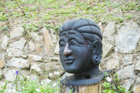 cabeza de buda: cabeza de madera de Buda en Japón