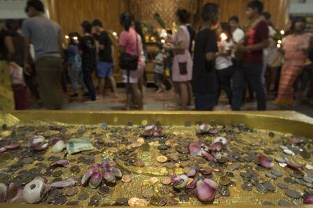 깐 차나 부리 주, 태국 -7 월 8 일 : 태국 불교 스님 손을 들고 깐 차나 부리 주, 태국에서 2017 년 7 월 8 일 Sangklaburi 사원에서 촛불 컵. 에디토리얼