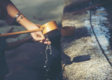 일본의 성전에있는 물 그릇 스톡 콘텐츠