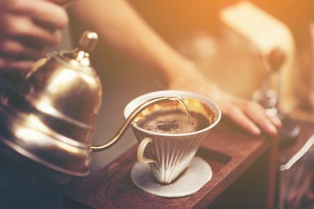 L'infusion au goutte à goutte, le café filtré ou le déversement est une méthode qui consiste à verser de l'eau sur des grains de café torréfiés et moulus contenus dans un filtre. Banque d'images