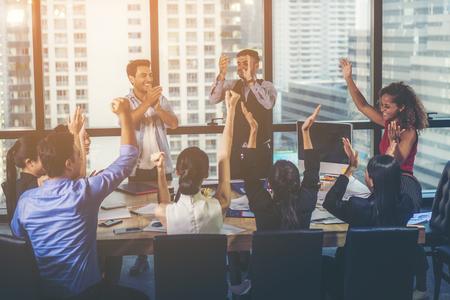 Odnoszący sukcesy przedsiębiorcy i ludzie biznesu osiągający cele, koncepcja zespołu biznesowego