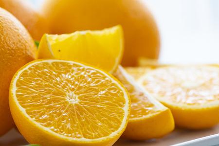 Saftige Orange isoliert auf weißem Hintergrund