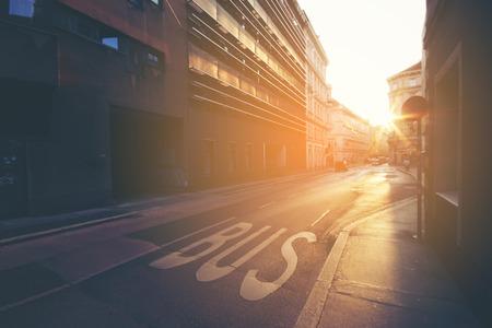 Firmar en el autobús de carretera, detalle de un cartel pintado sobre el asfalto, señal de información e indicación