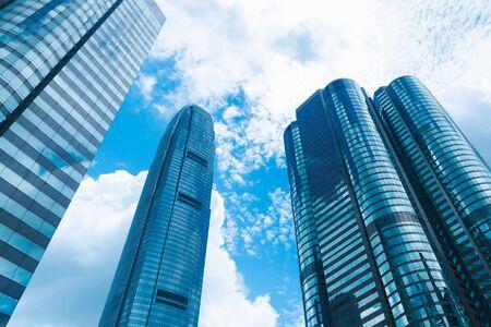 摩天大楼大厦在香港,在蓝色过滤的城市视图