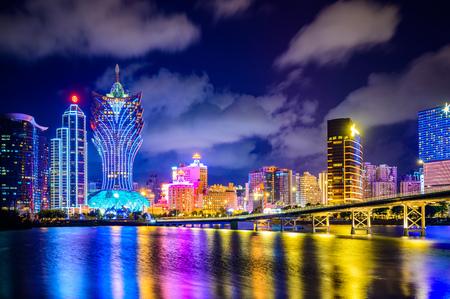 Il paesaggio urbano di Macao di notte, tutti gli hotel e la torre sono colorati e si illuminano con il cielo blu, Macao, Cina. Editoriali