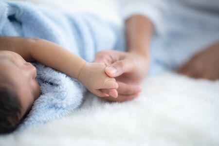 Das Baby schläft auf einer weichen Matratze