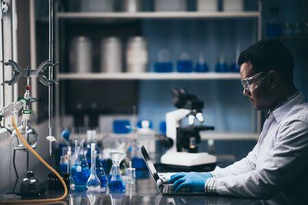 les chercheurs étudient la chimie en laboratoire.