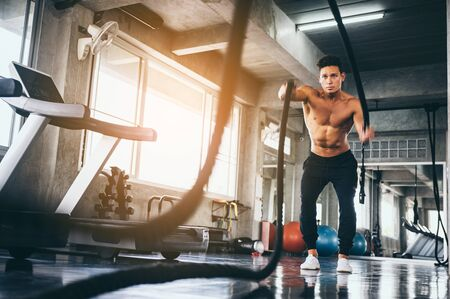 hombre fuerte haciendo ejercicio en el gimnasio deportivo