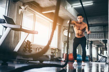 uomo forte che si esercita nella palestra sportiva