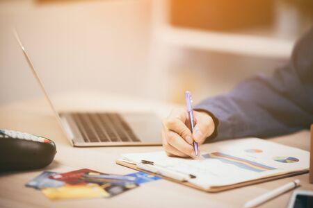 Junge Unternehmen gründen einen Online-Verkäufer, der einen Laptop verwendet, um die Kundenbestellungen zu überprüfen und Pakete für das Produkt vorzubereiten Standard-Bild