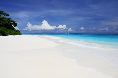 Schönen weißen Sandstrand und blauen Himmel bei Tachai Insel Standard-Bild - 36663527
