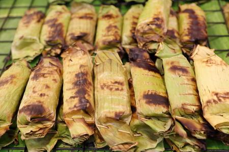 Klebrigen Reis im Bananenblatt eingewickelt gerösteten Standard-Bild - 39993131