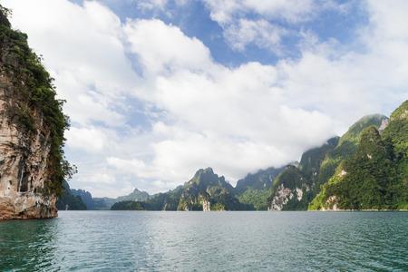 Seedamm Kreuzfahrt Reise Fluss Hintergrund Reservoir Berg Insel blauen Himmel Standard-Bild - 41650754