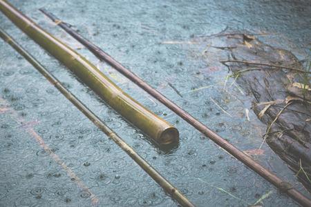Regen Tropfen Wasser Wetter Saison Hintergrund vintage Bambus Fluss Standard-Bild - 41650760