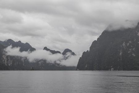 Wolken und Regen in Chiao Lan Dam. Guilin, Thailand Standard-Bild - 42024102