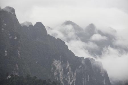 Der Nebel auf dem Gipfel Standard-Bild - 43285165