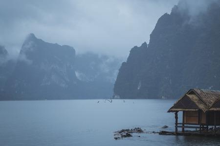 Einsam im Nebel auf Hausboot Standard-Bild - 43285174