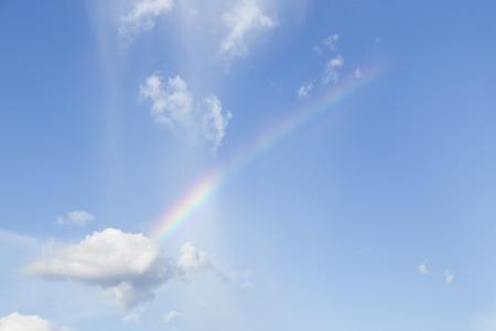 Regenbogen, Wolken und blauer Himmel Standard-Bild - 59190794