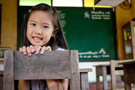 salle de classe: Smiley fille asiatique dans la salle de classe Banque d'images