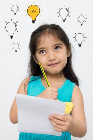 小さなアジアの女の子は、多くの考えを持っています。