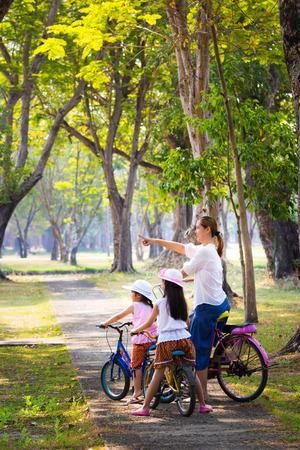自転車に乗る - アジア自転車、アクティブな家族概念の母児 写真素材