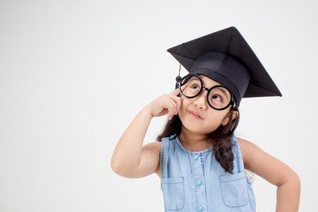 učit se: Šťastný asijské školy dítě absolvent myšlení s promoce čepici