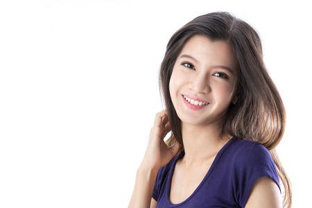 Portrait d'une femme heureuse asiatique sur fond isolé