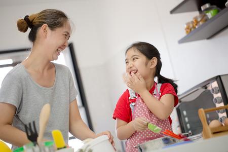 Little Chef mignon asiatique cuisine une boulangerie dans la cuisine avec sa mère