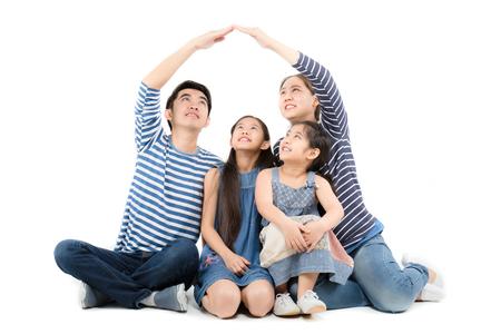 familia asiática sonriendo y jugando a casa con las manos en el fondo blanco aislado