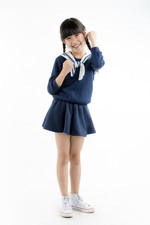 portrait de sourire longs cheveux asiatique asiatique souriant et danse isolé sur blanc