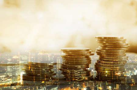 Doppelbelichtung von Stadt und Münzstapel für das Finanz- und Bankkonzept