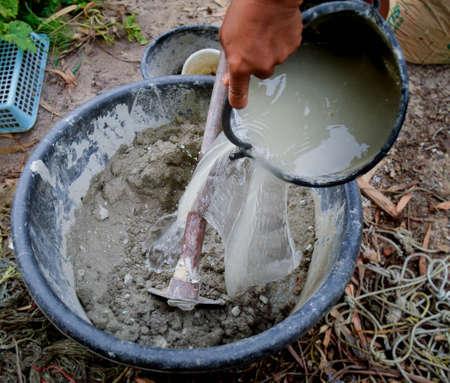 mortero: mezcla de mortero con la mano