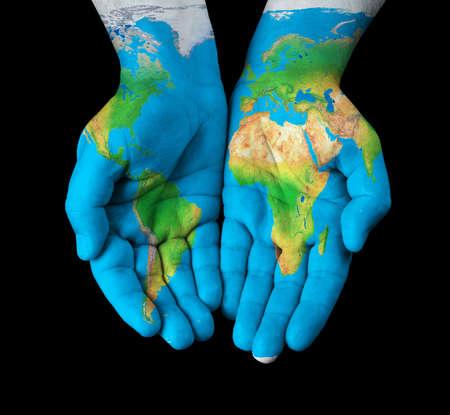 mundo manos: Mapa pintado en manos mostrando concepto de tener el mundo en nuestras manos