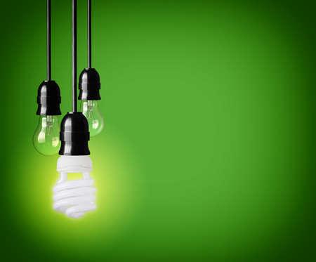 ahorro energetico: Bombillas en fondo verde Foto de archivo