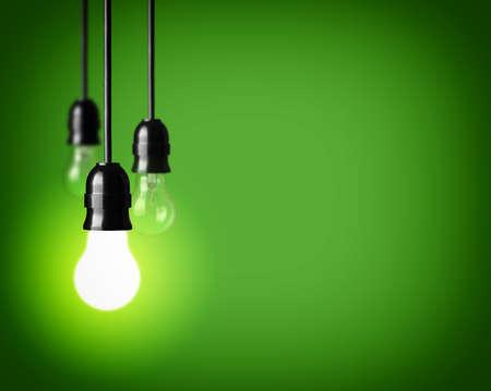 enchufe de luz: Bombillas en fondo verde Foto de archivo