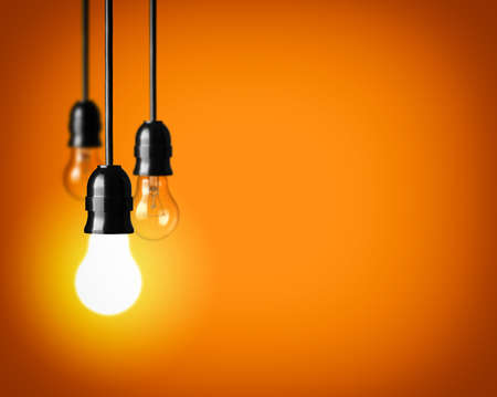 bombilla: Concepto de idea sobre fondo naranja