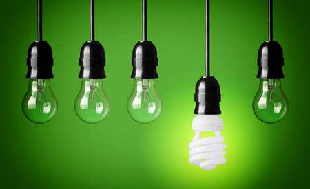 電球と電球を保存エネルギーとアイデア コンセプト グリーン バック