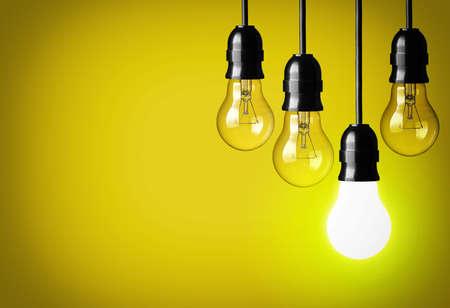 enchufe de luz: Concepto de idea sobre fondo amarillo Foto de archivo