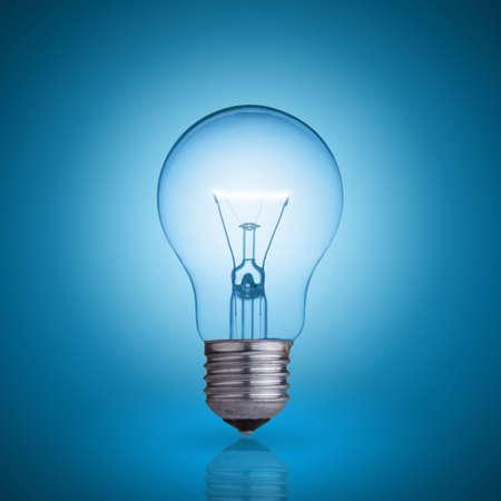 bombilla: bombilla sobre fondo azul